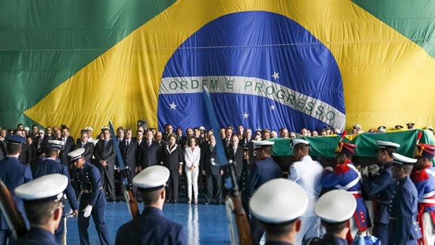 Autoridades receberam os restos mortais do ex-presidente João Goulart, que chegam a Brasília para exames periciais