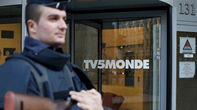 Grupo autointitulado Cibercalifado interrompeu a transmissão de 11 canais da TV5 Monde e invadiu suas redes sociais