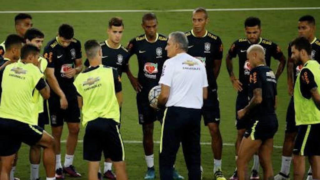 Técnico Tite conversando com jogadores antes de treino em Natal